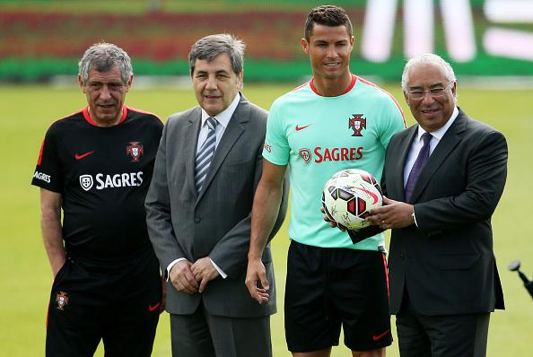 6 de junio: Hacia adelante Cristiano Ronaldo (CR de Portugal), presidente Fernando Gomes (CL de FPF) y la entrenador Fernando Santos (L) (Lisboa), Portugal. (Foto por Gualter Fatia/Getty Images)