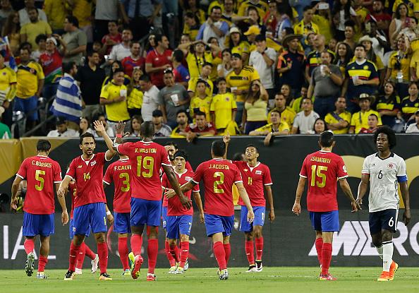 Jugadores de Costa Rica celebran un gol anotado por Frank Fabra durante un grupo de un partido entre Colombia y Costa Rica en el estadio de NRG como parte de la Copa América Centenario 2016 de U.S. en 11 de junio de 2016 en Houston, Texas, Estados Unidos de Colombia. (Foto por Thomas B. Shea/LatinContent/Getty Images)