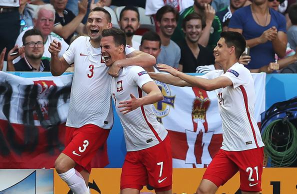 Arkadiusz Milik de Polonia celebra el gol de apertura durante el partido de UEFA EURO 2016 grupo C entre Polonia v Irlanda del norte en el estadio de Allianz Riviera en 12 de junio de 2016 en Niza, Francia. (Foto por Ian MacNicol/Getty Images)