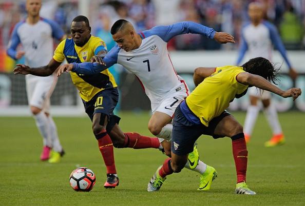 Bobby Wood (C) de Estados Unidos está marcada por Walter Ayovi (L) y Arturo Mina de Ecuador durante la Copa América Centenario torneo cuartos de final partido de fútbol, en Seattle, Washington, Estados Unidos, el 16 de junio de 2016. / AFP / Jason REDMOND (crédito de foto debe leer JASON REDMOND/AFP/Getty Images)