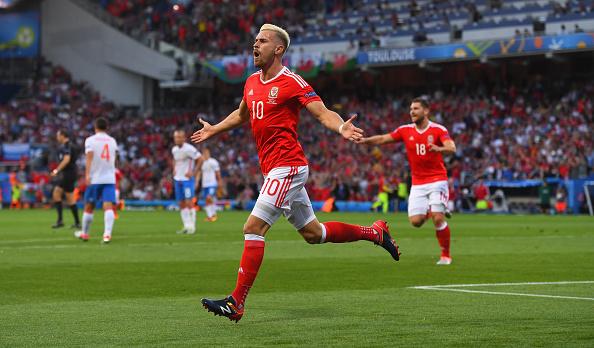 Aaron Ramsey se celebra después de anotar su gol durante el partido de UEFA EURO 2016 grupo B entre Rusia y Gales en el Estadio Municipal el 20 de junio de 2016 en Toulouse, Francia. (Foto por Stu Forster/Getty Images)