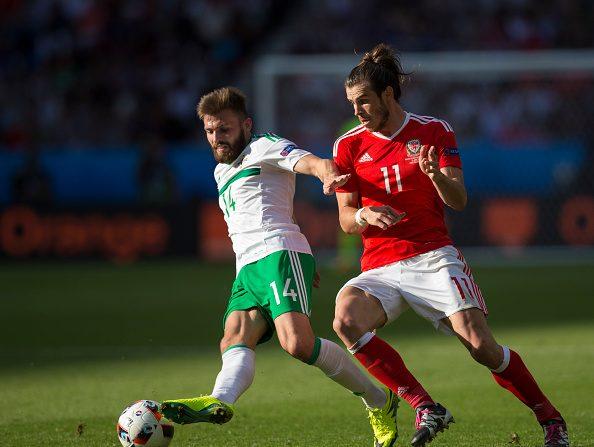 Stuart Dallas de Irlanda del norte tiene el desafío de Gareth Bale de Gales durante el partido de UEFA Euro 2016 ronda de los 16 entre país de Gales e Irlanda del norte en el Parc des Princes el 25 de junio en París, Francia. (Foto por Craig Mercer/CameraSport via Getty Images)