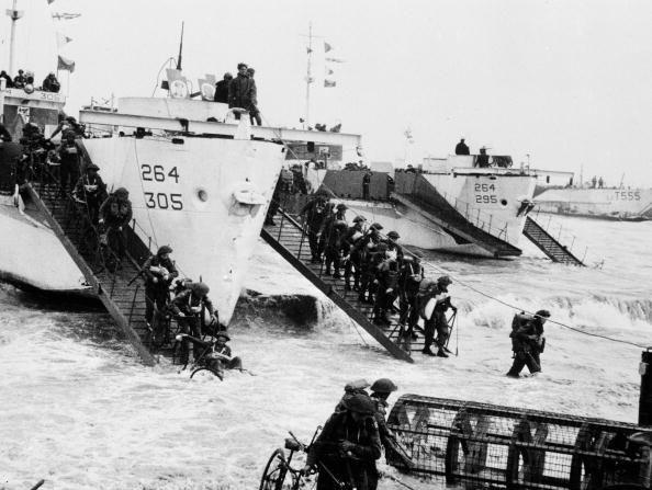 Segunda Guerra Mundial. Francia el 6 de junio de 1944, soldados de infantería del ejército, desembarcando en las playas de Normandía durante la invasión de Normandía.(Gettyimages)