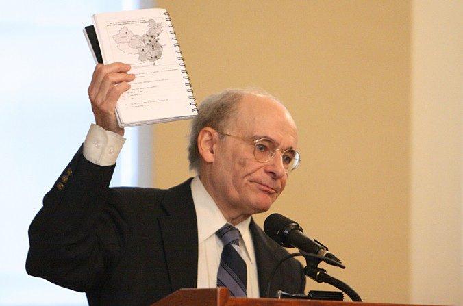 El abogado de derechos humanos David Matas, en una presentación de su informe inicial en una audiencia en el Parlamento canadiense, mayo de 2007. (La Gran Época)