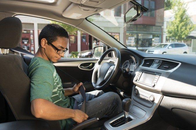 Los conductores adolescentes usan el cinturón de seguridad diligentemente, pero pueden chocar por una distracción. (State Farm/CC BY 2.0)
