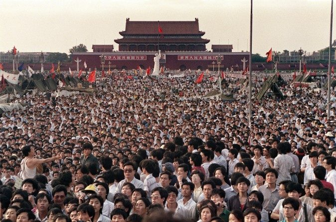 Cientos de miles de manifestantes reunidos en la Plaza Tiananmen para pedir por la democracia en China, dos días antes de la trágica Masacre de Tiananmen del 4 de junio de 1989. (Catherine Henriette/AFP/Getty Images)