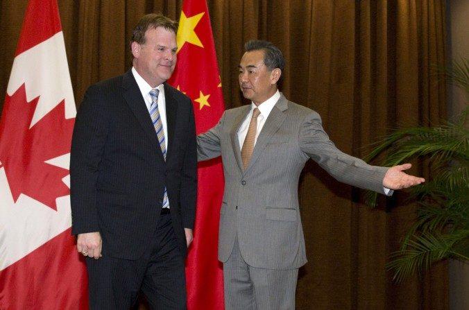 El Ministro del Exterior de Canada John Baird (izq) guiado por su par chino Wang Yi antes de su reunión en el Ministerio del Exterior en Beijing el 29 de julio de 2014. (NG HAN GUAN/AFP/Getty Images)