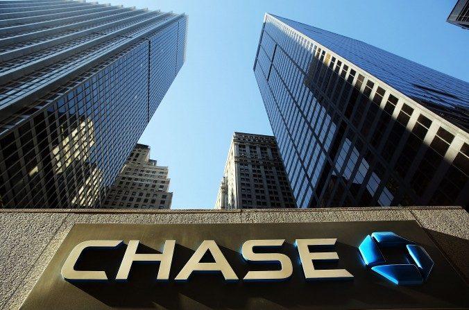 Un anuncio resalta en el One Chase Plaza en el bajo Manhattan el 14 de octubre de 2014 en la ciudad de Nueva York. El icónico edificio es propiedad de una empresa de capital privado chino como parte de su estrategia de inversión en el extranjero. (Spencer Platt / Getty Images)