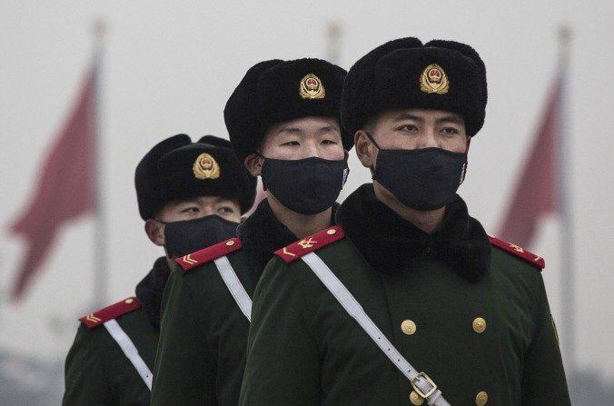 Policía paramilitar china con máscaras en la Plaza de Tiananmén el 9 de diciembre de 2015, en Beijing, China. (Kevin Frayer/Getty Images)