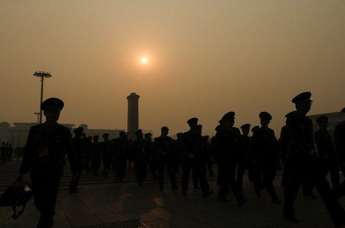 Delegados militares chinos llegan al Gran Salón del Pueblo antes de cerrar la sesión del Congreso Nacional del Pueblo el 16 de marxo de 2016 en Beijing, China. (Lintao Zhang/Getty Images)