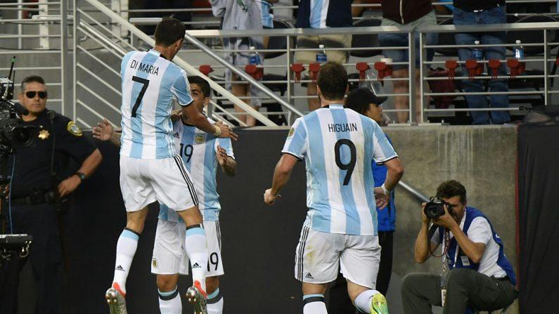Ever Banega (C) de Argentina celebra con sus compañeros de equipo Ángel Di María (Izq.) y Gonzalo Higuaín después de anotar contra Chile durante el partido de fútbol de la Copa América Centenario en Santa Clara, California, Estados Unidos, el 6 de junio de 2016. (MARCA RALSTON / AFP / Getty Images)