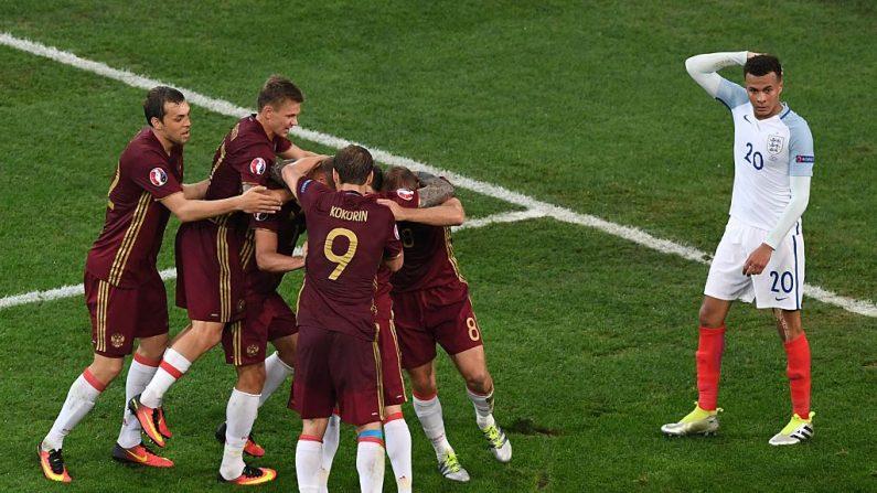 El defensa de Rusia Vasily Berezutskiy, oculto entre sus compañeros, es felicitado por ellos tras marcar el gol del empate durante el partido de fútbol del grupo B de la Eurocopa 2016 entre Inglaterra y Rusia en el Stade Velodrome en Marsella el 11 de junio de 2016. (BORIS HORVAT / AFP / Getty Images)