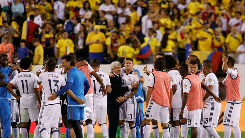 Los miembros del equipo nacional de fútbol de Colombia celebran después de vencer a Perú en la tanda de penaltis de su partido de fútbol de cuartos de final de la Copa América Centenario en East Rutherford, Nueva Jersey, Estados Unidos, el 17 de junio de 2016. (EDUARDO MUNOZ ALVAREZ / AFP / Getty Images)