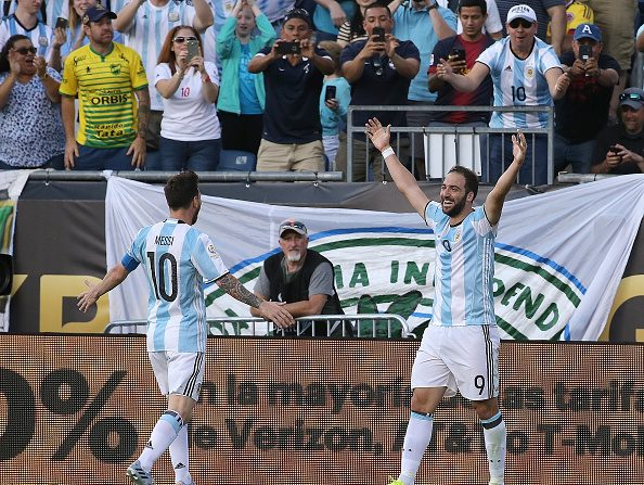Gonzalo Higuain #9 de Argentina celebra su segundo gol con Lionel Messi #10 de Argentina en el primer semestre durante el partido cuartos de final de la Copa América Centenario 2016 contra Venezuela en el Gillette Stadium el 18 de junio de 2016 en Foxboro, Massachusetts. (Foto por Jim Rogash/Getty Images)