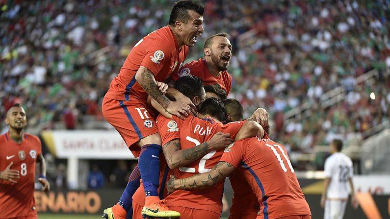 Jugadores de Chile celebran después de anotar contra México durante el partido de fútbol de cuartos de final de la Copa América Centenario en Santa Clara, California, Estados Unidos, el 18 de junio de 2016. (OMAR TORRES / AFP / Getty Images)