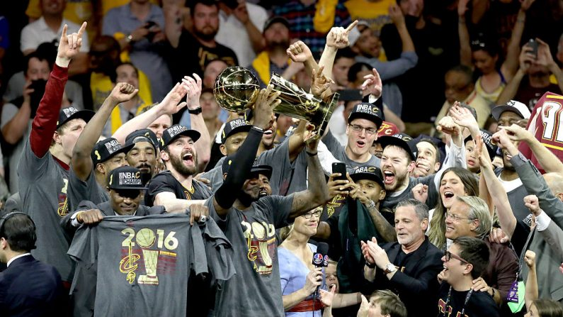 LeBron James # 23 de los Cavaliers de Cleveland celebra con el trofeo del campeonato de la NBA tras derrotar a los Warriors de Golden State 93-89 en el Juego 7 de las Finales de la NBA de 2016 en el Oracle Arena, el 19 de junio de 2016 en Oakland, California. (Ronald Martinez / Getty Images)