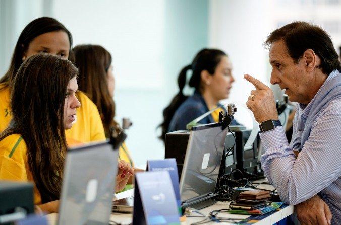 Un argentino obtiene entradas para los Juegos Olímpicos en el centro comercial  Leblon mall en Rio de Janeiro el 20 de Junio. (YASUYOSHI CHIBA/AFP/Getty Images)