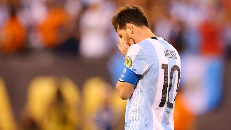 Lionel Messi, con la camiseta Nº 10 de Argentina, reacciona después de fallar un penal en contra de Chile durante la final de la Copa América Centenario en el MetLife Stadium, el 26 de junio de 2016 en East Rutherford, Nueva Jersey. Chile venció a Argentina 4-2 en los penaltis. (Mike Stobe / Getty Images)