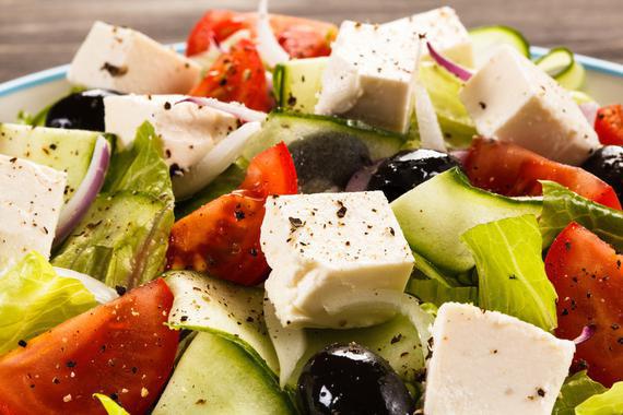 La dieta mediterránea es rica en grasas vegetales como aceite de oliva virgen extra y frutos secos. (Fotolia)