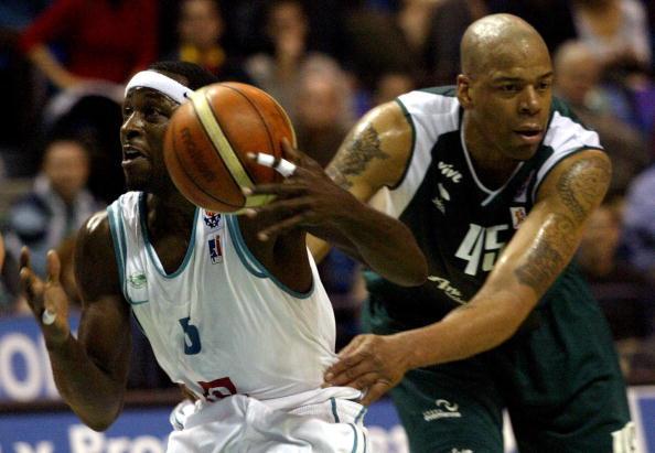 Sean Rooks, ex jugador de la NBA, en sus últimos años de carrera en España. Foto: Jose Luis Roca // Getty Images
