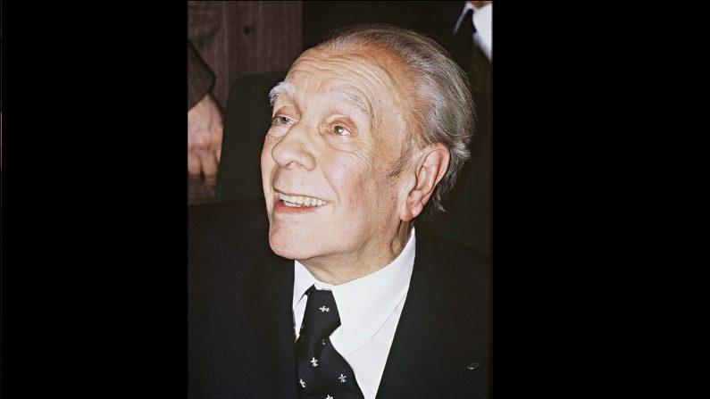 Jorge Luis Borges sonríe mientras recibe un reconocimiento el 19 de enero de 1983 en el Palacio del Elíseo, Paría, Francia. (JOEL ROBINE / AFP / Getty Images)