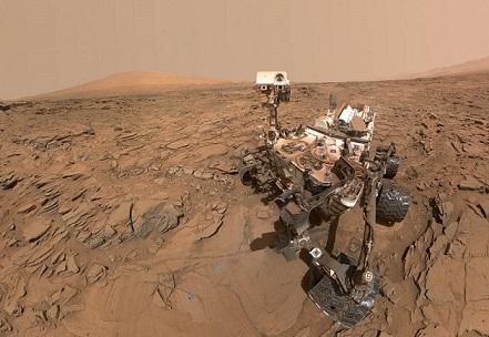"""Selfie del Mars Rover Curiosity de la NASA en un lugar llamado """"Okoruso"""", en la """"Meseta Naukluft"""" en la parte baja del Monte de Sharp. La escena combina varias imágenes tomadas Mars Hand Lens Imager (MAHLI), el 11 de mayo de 2016 durante el día 1338 del trabajo del robot en el planeta rojo. (NASA / JPL-Caltech / MSSS)"""