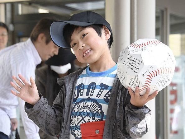Yamato Tanooka, el niño que sobrevivió una semana en el bosque, fue dado del hospital y salió sonriente con un balón de papel en su mano. Foto: Kyodo News via Getty Images