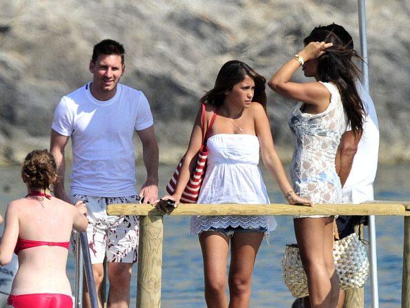 Lionel Messi (2 L), Antonella Rocuzzo (3 L) y Daniella Semaan (R) en Ibiza, España. (Fotografía de Europa Press/Europa Press via Getty Images)