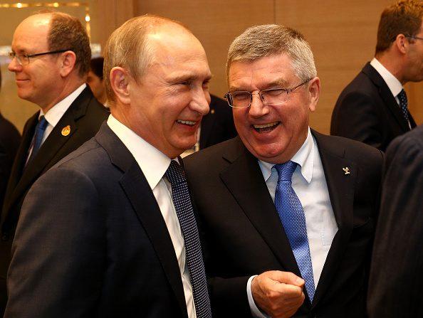 El mandatario ruso Vladimir Putin conversa con el Presidente del COI Thomas Bach. (Foto por Harry Engels/Getty Images para BEGOC)