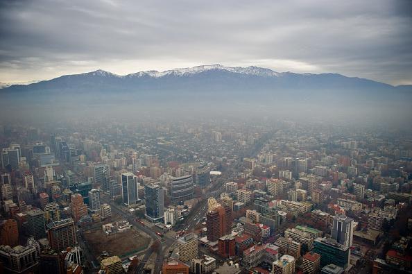 Somg sobre Santiago muestra una capa de contaminación causada por la emisión de gases.(MARTIN BERNETTI/AFP/Getty Images)