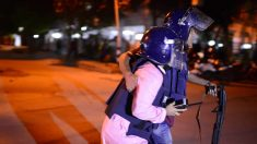 Grupo armado toma 20 rehenes y mata a dos policías en Bangladesh