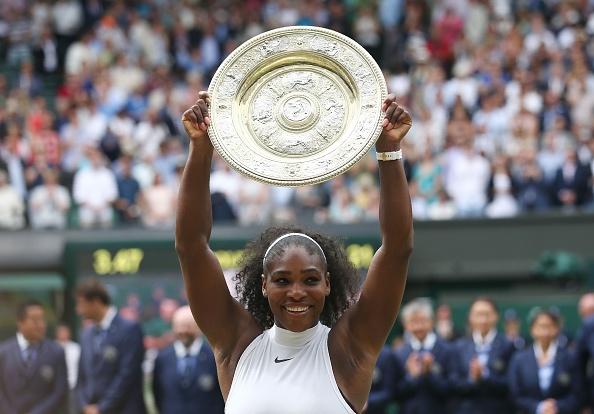 La jugadora estadounidense Serena Williams posa con el trofeo ganador después de lograr la victoria ante la alemana Angelique Kerber en Wimbledon 2016, en el All England Lawn Tennis Club en Wimbledon, sudoeste de Londres. (JUSTIN TALLIS/AFP/Getty Images)