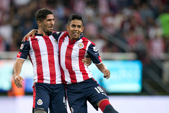 Nestor Calderón de Chivas celebra con su compañero Jair Pereira el 23 de julio de 2016 en Zapopan, México. (Refugio Ruiz/LatinContent/Getty Images)