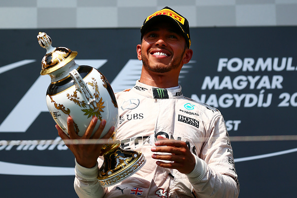 Lewis Hamilton de Gran Bretaña y Mercedes GP levanta el trofeo en Budapest, Hungría 24 de julio de 2016. (Foto por Dan Istitene/Getty Images)