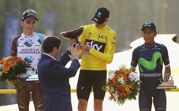 Chris Froome de Gran Bretaña y Team Sky celebra ganando el 2016 Le Tour de Francia tras la etapa veintiuno del 2016 Le Tour de France, lo acompañan en el podio el francés Romain Bardet y el colombiano Nairo Quintana, en París, Francia. (Foto por Chris Graythen/Getty Images)