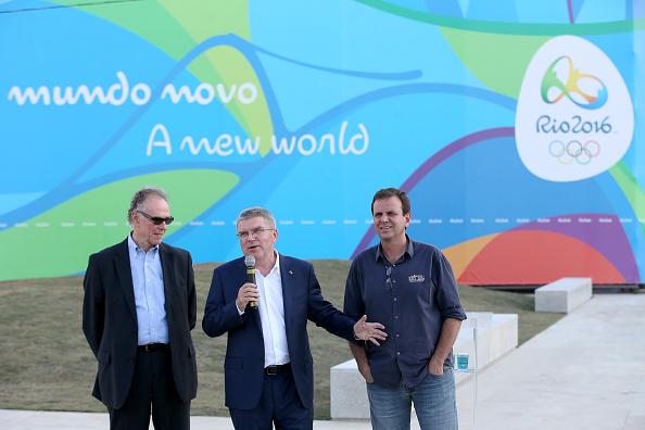 Presidente del COI Thomas Bach acompañado por el Presidente de la Comité de organizador de Rio 2016 (L) y el alcalde de Río de Janeiro en Río de Janeiro, Brasil. (Foto por Matthew Stockman/Getty Images)