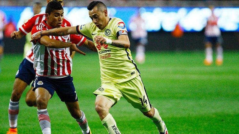Rubens Sambueza de América compite por el balón en un partido contra Guadalajara en el Clausura 2016. (HECTOR_GUERRERO / AFP / Getty Images)