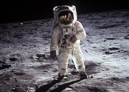 Muchos antiguos empleados de la NASA difundieron que durante los programas Apollo se habían descubierto ruinas de milenarios edificios sobre la Luna. ¿Una mentira con fines comerciales? ¿O en verdad existen pruebas de que no estamos solos en el universo? ¿Por qué el hombre nunca volvió a la Luna?