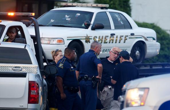 Un hombre de Missouri emboscó y mató a tres agentes de policía e hirió a otros siete en Baton Rouge, Luisiana este domingo. El atacante, un individuo de raza negra, de 29 años identificado con Gavin Long, murió en el enfrentamiento con la policía. Foto: Sean Gardner / Getty Images