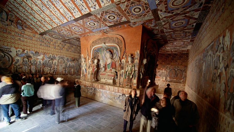 Las Cuevas de Mogao están ubicadas a 24 km de Dunhuang y albergan la mayor colección de pinturas y esculturas budistas del mundo. Foto: George Steinmetz / Getty Images