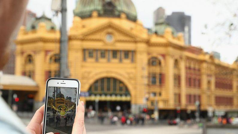 En la pantalla del celular se muestra el juego Pokémon Go. Pocos días después de lanzarse, el juego móvil  se ha convertido en la aplicación más descargada. (Robert Cianflone/Getty Images)