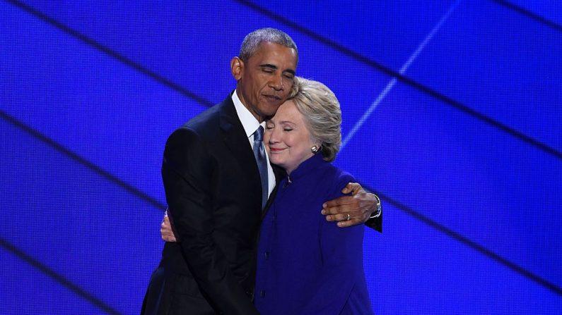 El presidente Barack Obama y la candidata presidencial Hillary Clinton en un fraternal abrazo. Wells Fargo Center, 27 de julio 2016, Philadelphia, Pennsylvania.      / AFP / SAUL LOEB        (Photo credit should read SAUL LOEB/AFP/Getty Images)