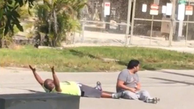 Los policías le pidieron a Kinsey que se arrojara al suelo y este obedeció con sus manos en el aire, tal como lo registró el video. Minutos después se efectuaron de dos a tres tiros (Captura de pantalla)