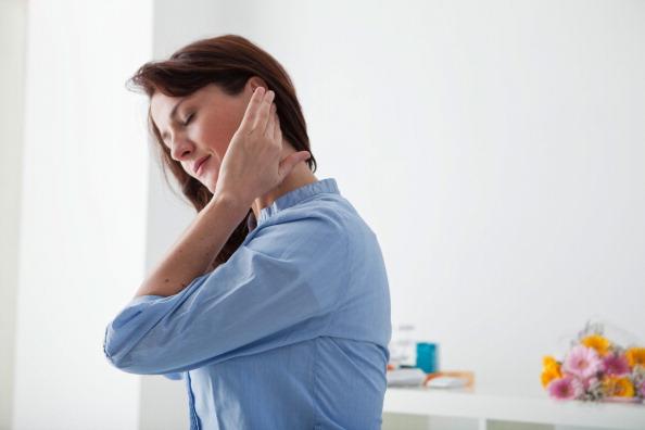 Generalmente, masajear las orejas por la mañana y por la noche ayuda a aliviar el dolor de cabeza, calmar los nervios y prevenir la sordera, entre otros efectos. Foto: BSIP / Getty Images