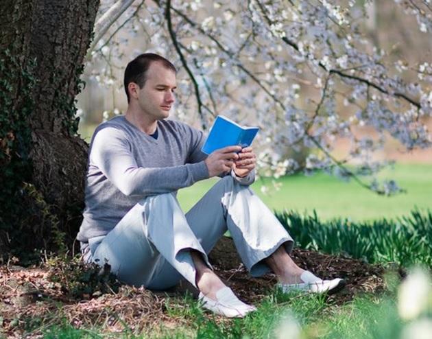 """Una persona que estudia el texto central de Falun Gong , """" Zhuan Falun """", que resume su filosofía y principios morales . ( Minghui.org )"""