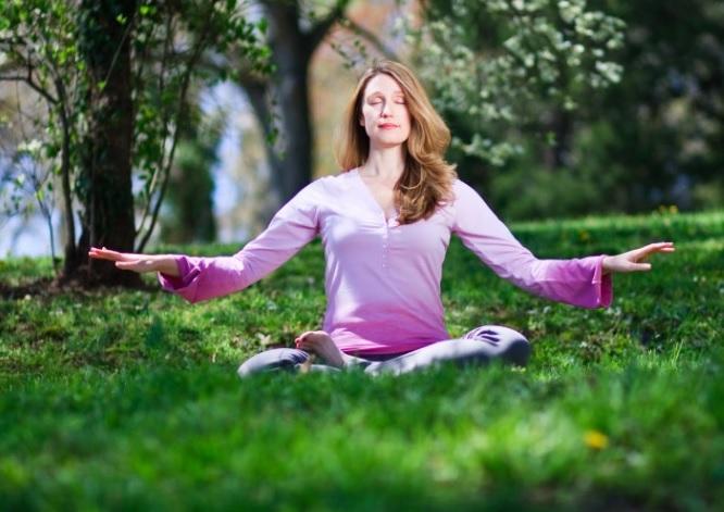 Una mujer se sienta en la mediación, el quinto ejercicio de la práctica espiritual Falun Gong . ( Jeff Nenarella de Gran Época )