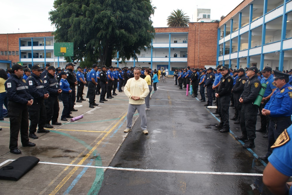 Practicantes de Falun Dafa de México dirigiendo la práctica de los ejercicios de la práctica a policías. (Antonio Domínguez/La Gran Época).