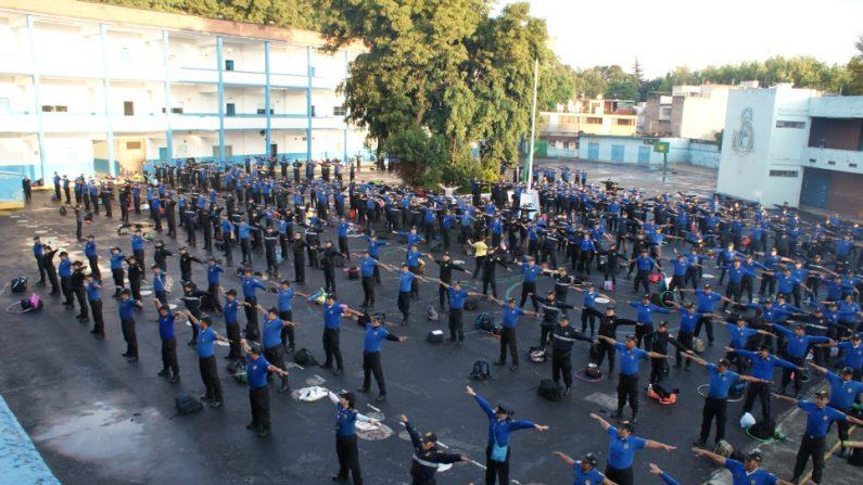 Policías de las Unidades de Seguridad Escolar (SSP) de la CDMX realizando el primer ejercicio de Falun Dafa. (Antonio Domínguez/La Gran Época)