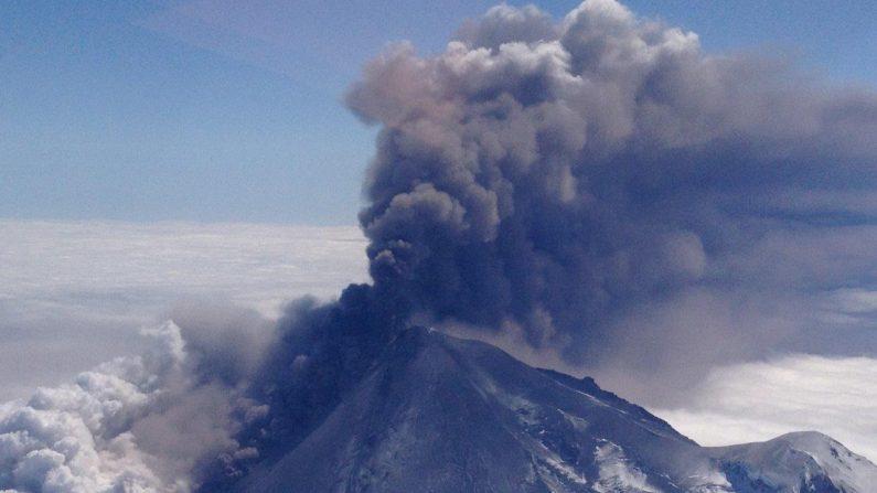 Volcán Pavlof en plena erupción en Canadá. Foto: NASA tomada desde el espacio
