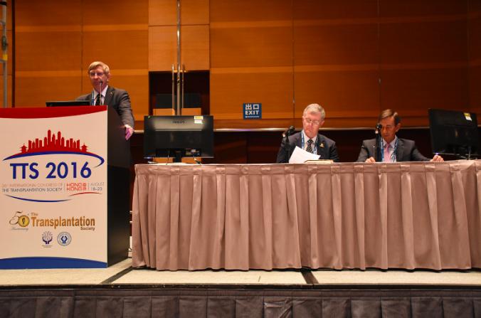 Jeremy Chapman y Philip O'Connell, ex y actual presidente de la Sociedad de Trasplantes respectivamente, y José Nuñez de la Organización Mundial de la Salud, en una conferencia de prensa en Hong Kong el 19 de agosto de 2016. (Sun Mingguo/La Gran Época)